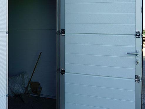 Калитка секционных ворот снаружи
